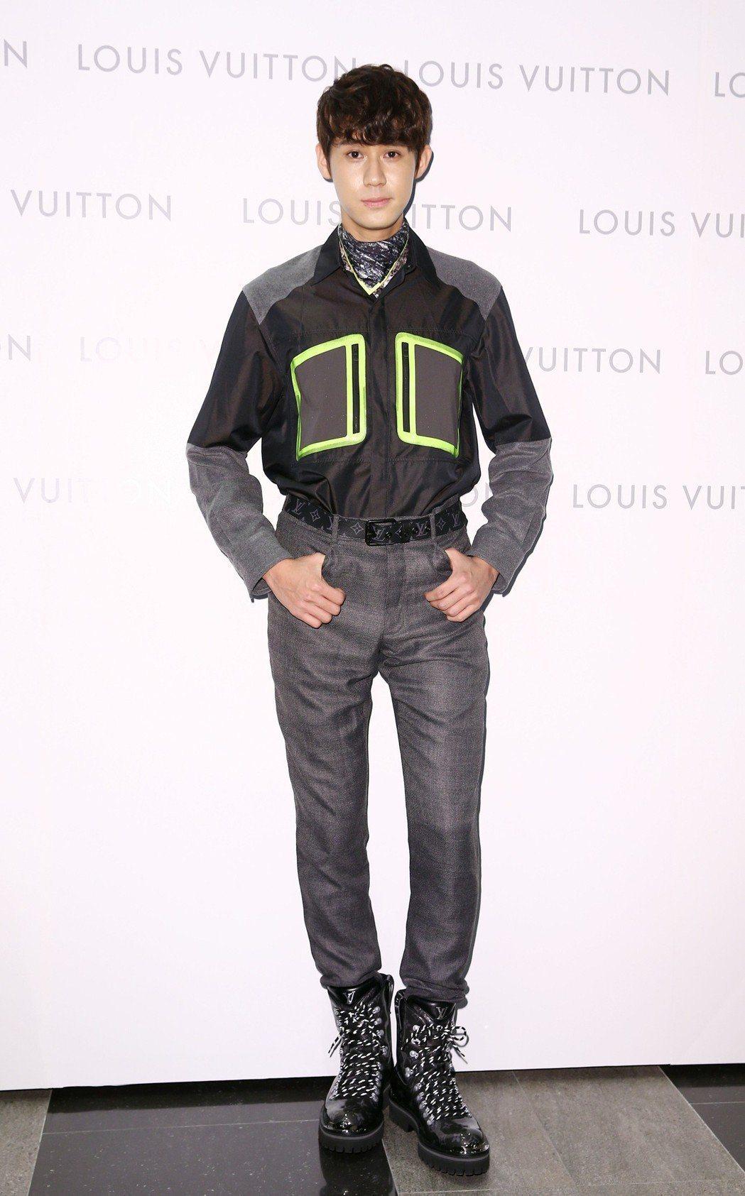 李玉璽演繹螢光黃飾邊口袋黑色襯衫10萬7,000元、Monogram Glaze...
