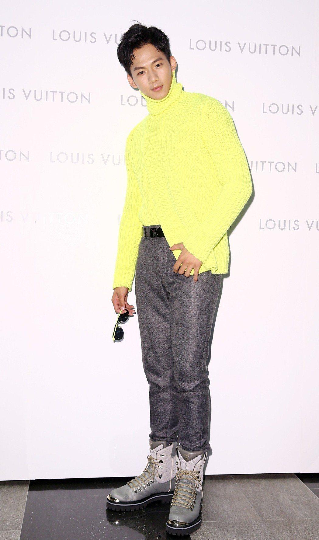 吳念軒穿螢光黃高領毛衣70,000元、毛料西褲32,200元、Monogram ...
