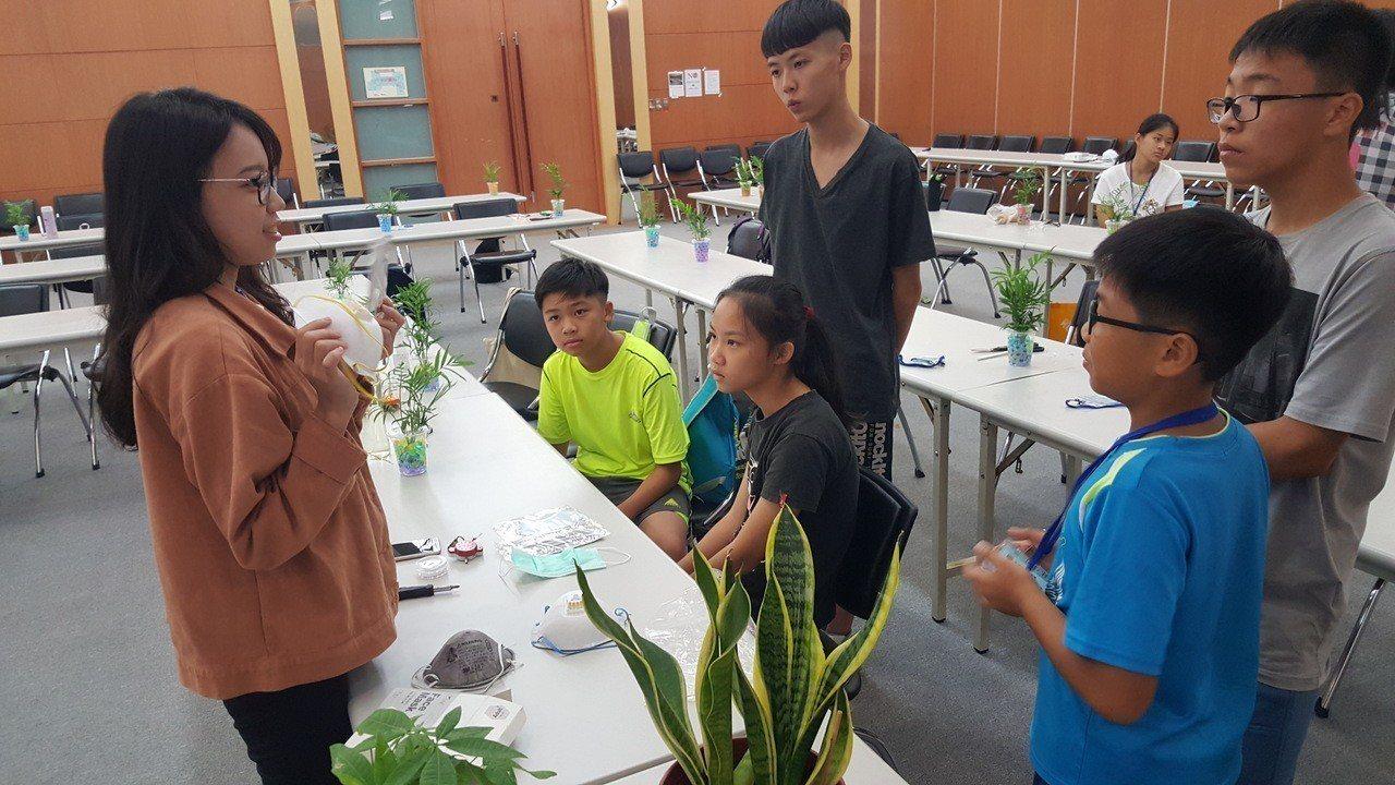 國衛院為青少年學生辦的「知識之旅」國中第一梯次昨天登場,學員聽取各類型口罩的功能...