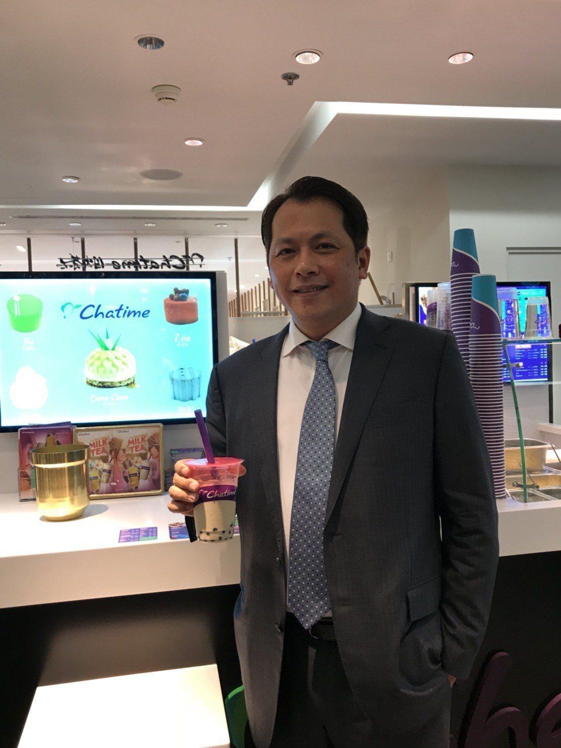 六角董事長王耀輝出席日出茶太羅浮宮門市剪綵活動。記者嚴雅芳/攝影