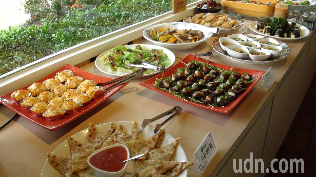 波尼塔香草花園每餐供應30多道蔬食料理。記者謝恩得/攝影