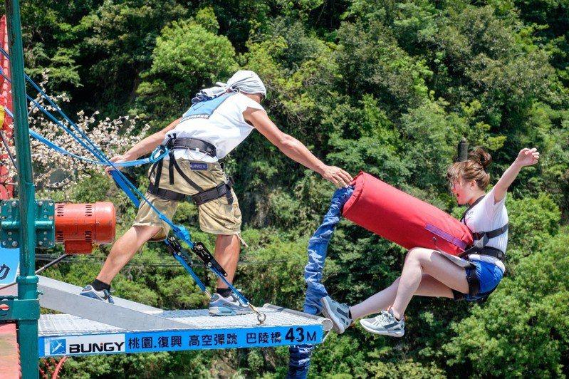 2018北橫探險節明登場,其中拉拉山巴陵橋「高空彈跳」,刺激極限運動為民眾熱門體驗活動之一。圖/觀光旅遊局提供