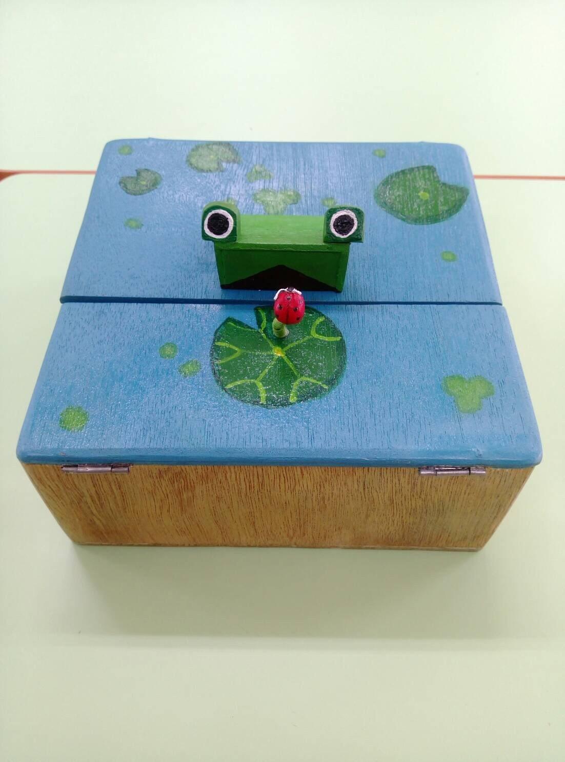 桃園市經國國中七年級生劉定宸,結合動力學和木質工藝創作「青蛙造型打發時間小盒」作...