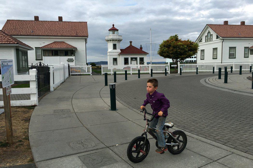 小孩騎腳踏車示意圖。路透