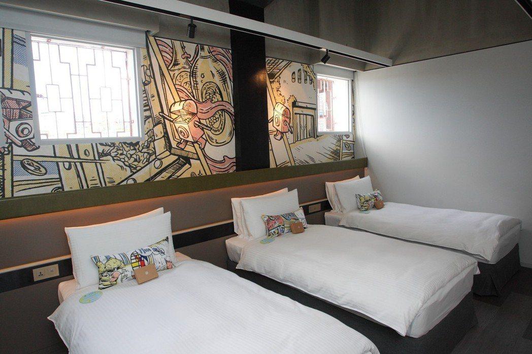 美式彩繪風格與當年銀行使用的鐵窗,讓房間同時具備新舊氛圍。記者陳睿中/攝影