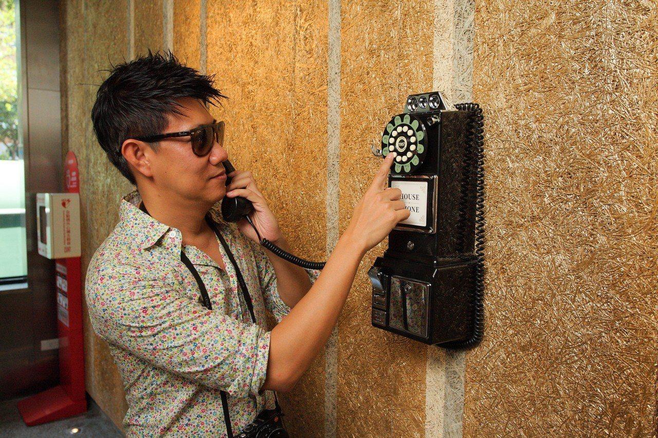 造型古樸的復古電話,不僅是道具,還可以實際與總機通話。記者陳睿中/攝影
