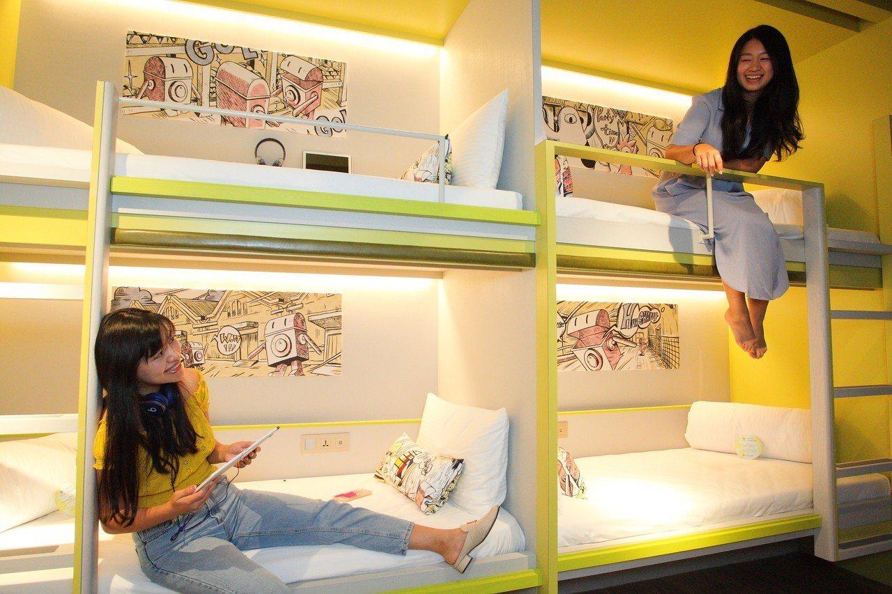 上下鋪的設計,讓人聯想起學生宿舍的回憶。記者陳睿中/攝影