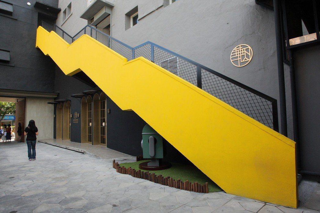 彩繪的牆外梯,同樣也是適合打卡的地點。記者陳睿中/攝影