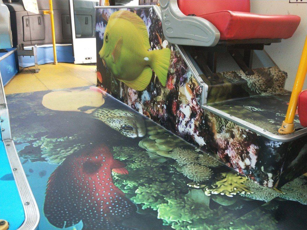 鎖管巴士將海底世界的場景搬進車上,車廂除了貼上擬真的海底世界照片,把手也全部換裝...