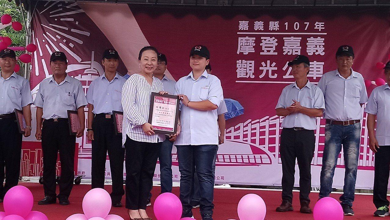 張花冠頒獎表揚帥氣女司機吳佩真,當選今年縣公車優良駕駛。 記者卜敏正/攝影