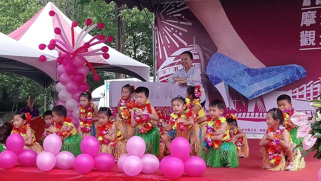 張花冠看到小朋友跳草裙舞,忍不住上台共舞。 記者卜敏正/攝影