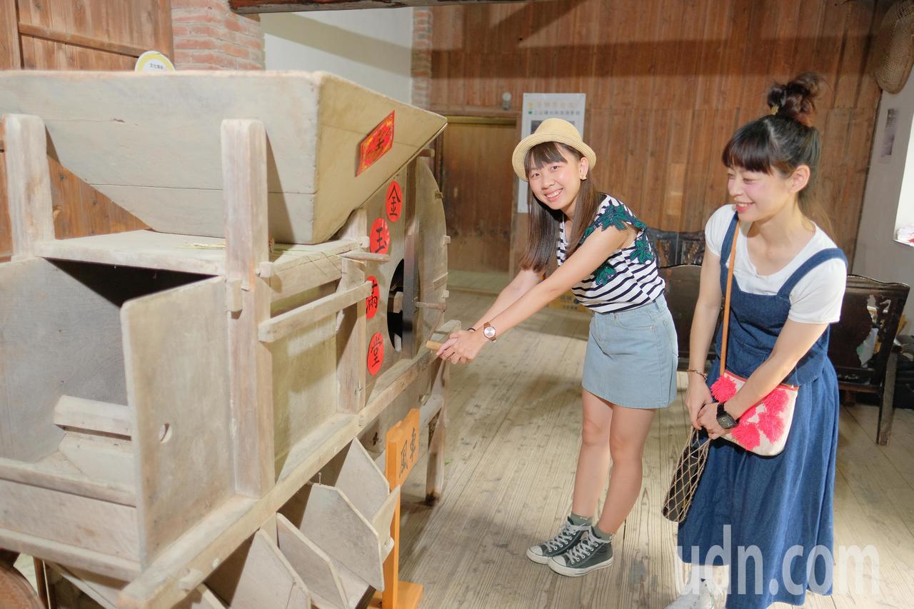過去的「金玉豐精米所」化身為現在的「芎林水礱間故事館」,裡面擺放許多舊時的農具,...