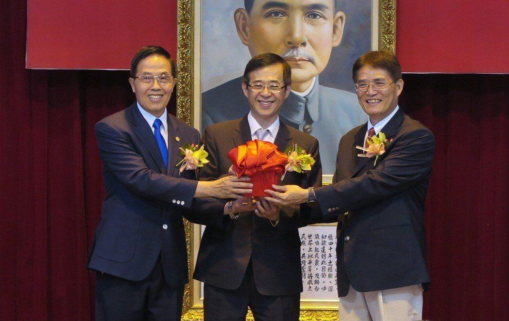 高俊雄(右)從教育部代理部長姚立德(中)接下印信。記者毛琬婷/攝影