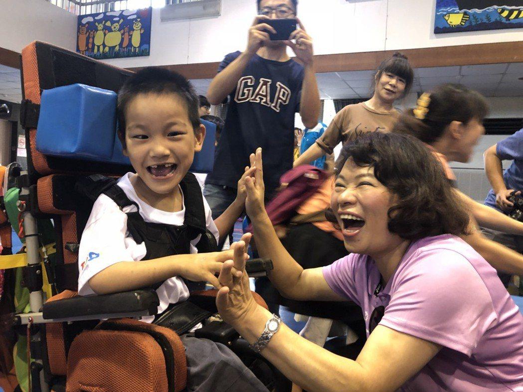 教師出身的黃敏惠,對下一代深有關懷,她擔任中華台北特奧會理事長,常到比賽會場為孩...