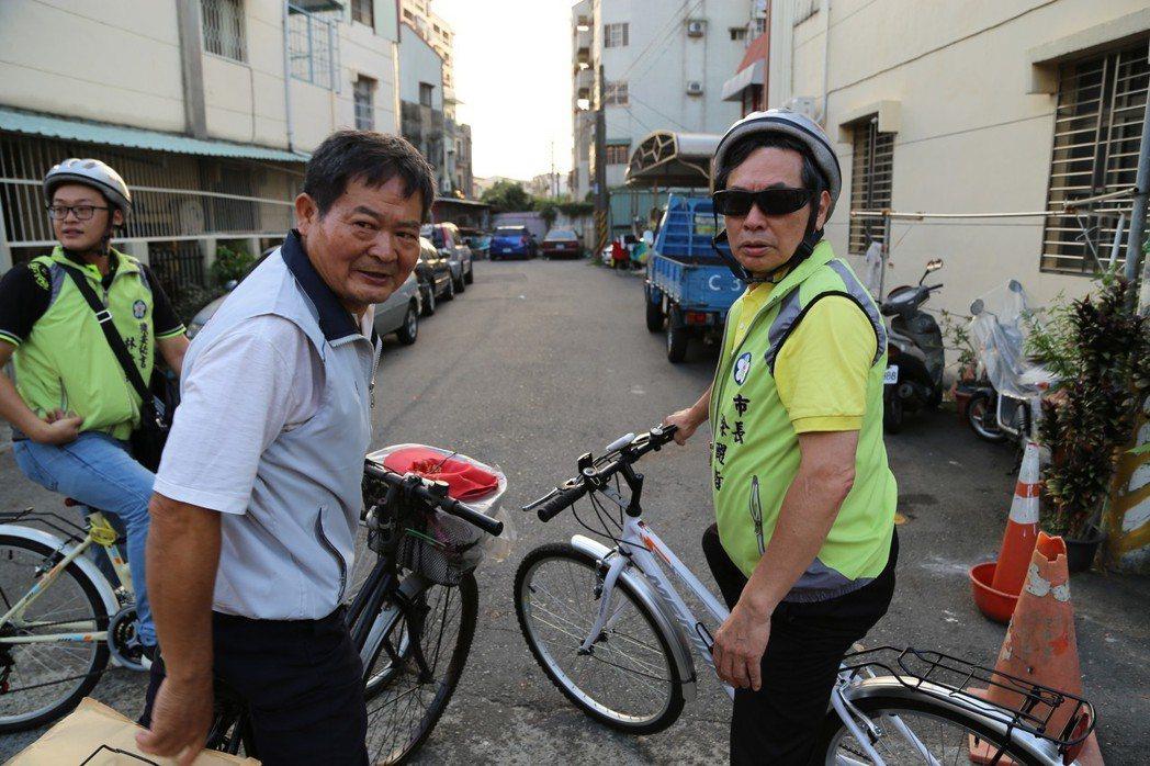 嘉義市長涂醒哲(右)騎單車走訪嘉義市84個里,深入基層,也和地方搏感情。圖/嘉義...