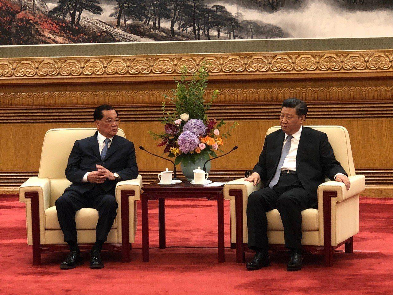 國民黨前主席連戰(左)13日上午在北京人民大會堂會見中共總書記習近平(右)。特派...