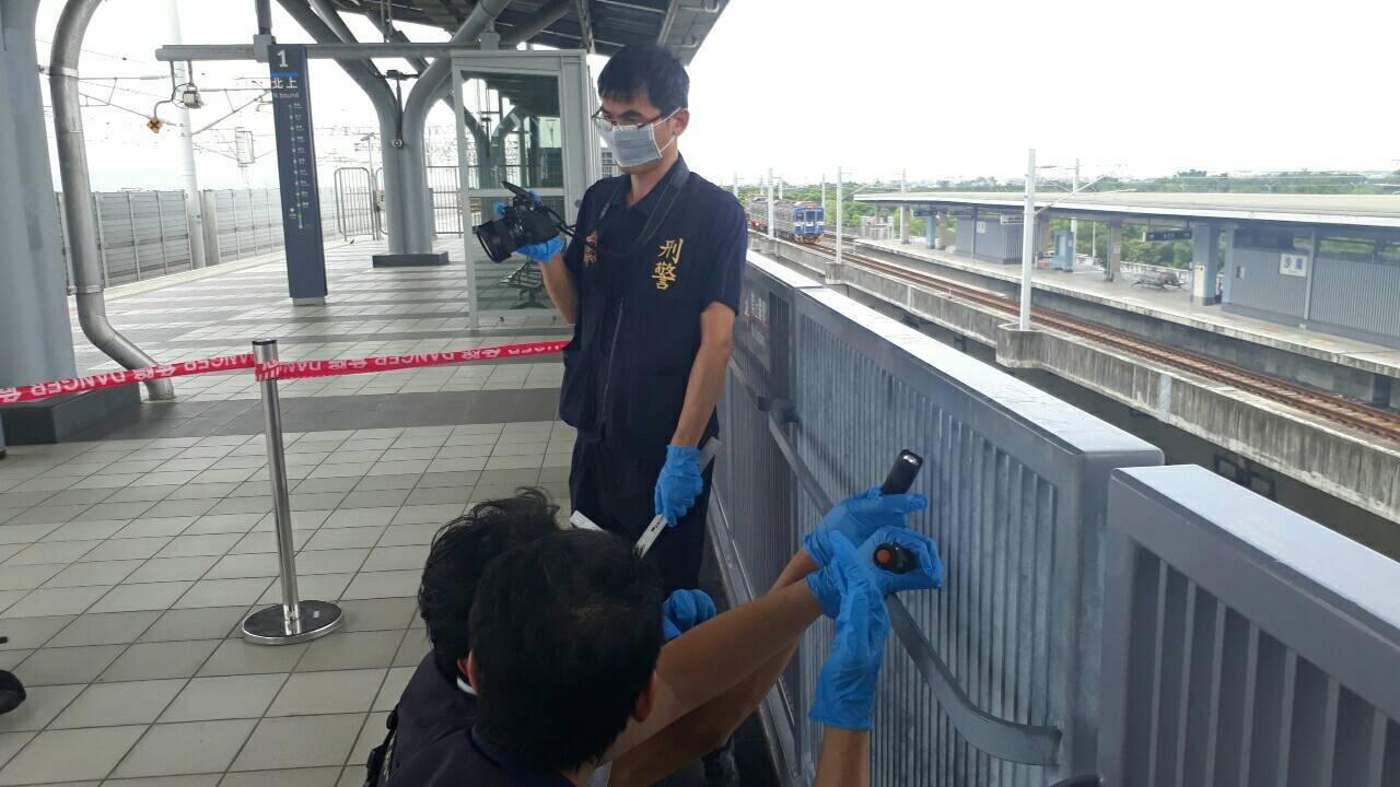 高鐵台南站高架月台旅客墜落身亡,警方採證調查。圖/警方提供