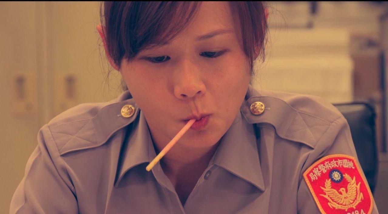 桃園平鎮警分局,籌拍預防洩漏個資宣導影片,以微電影拍攝方式,設計女警叼著Pock...