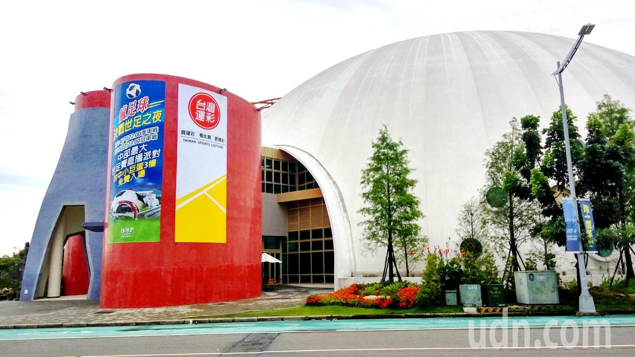 搶搭今年世足熱,洲際棒球場旁的好運來會展中心變身大型運動餐廳,最後冠季軍戰將舉辦...