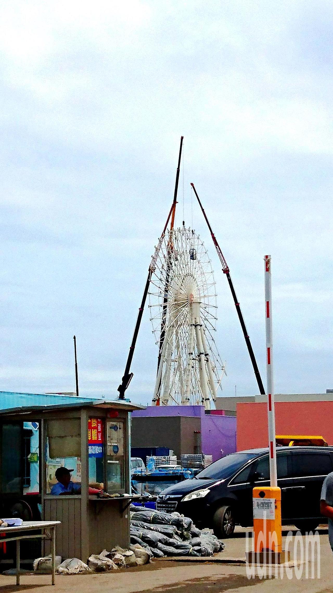三井OUTLET PARK的摩天輪快蓋好了!即將於今年11月中旬可完工試營運。記...