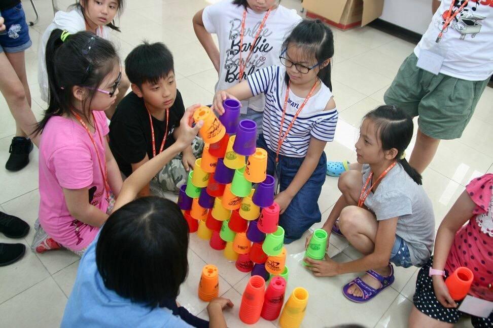 小朋友左右開弓享受疊杯樂趣,個個玩得不亦樂乎,還有學生玩創意,疊了7層高,獲得滿...