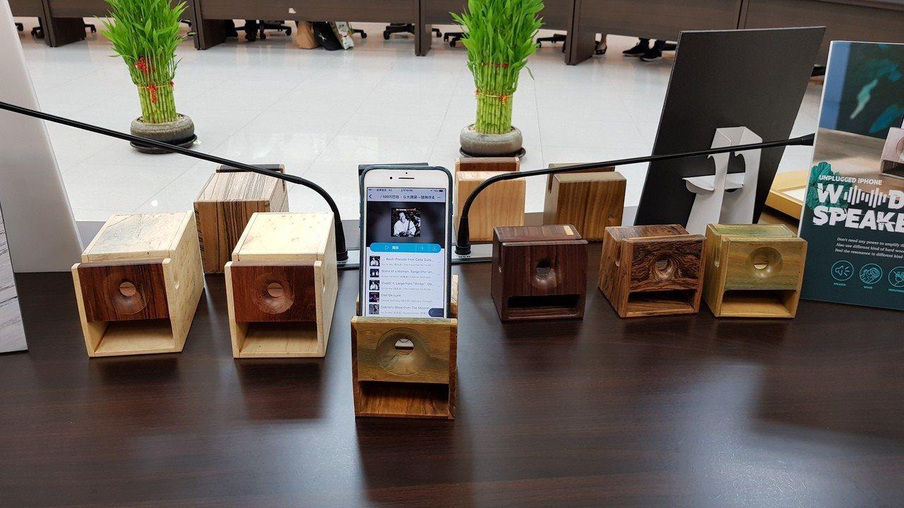 聯大師生及產學合作廠商參加巴黎國際發明展成果豐碩,其中手機擴音木箱等30多項已商...
