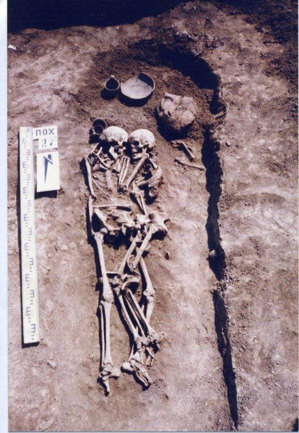 考古學家班卓斯基最近在烏克蘭佩特里基夫村莊考古,發現一男一女的遺骨,推測女子生前...