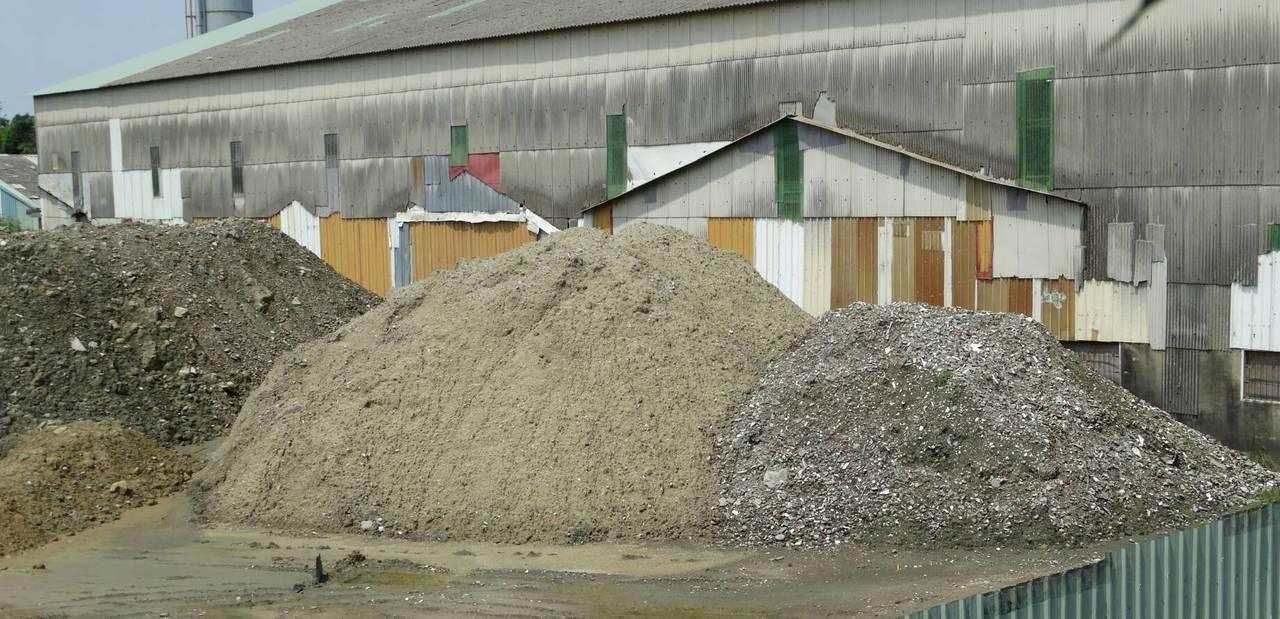 保七總隊三大隊三中隊查出,台南後壁開設環保公司邱姓負責人等5人以合法掩護非法,在...