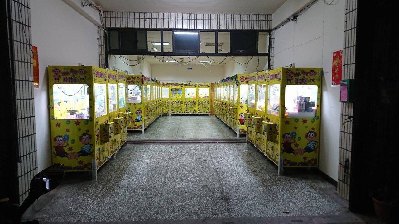 近一年來,無人選物販賣機店家如雨後春筍般設立,暑假期間警方加強清查,發現竹北有5...