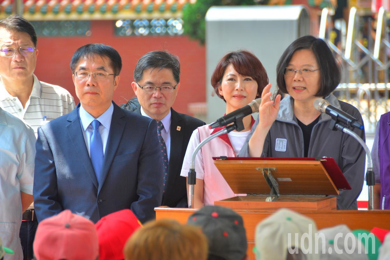 總統蔡英文(右)向台南市民公開呼籲下一屆台南市長由黃偉哲(左二)接棒,之前和黃偉...