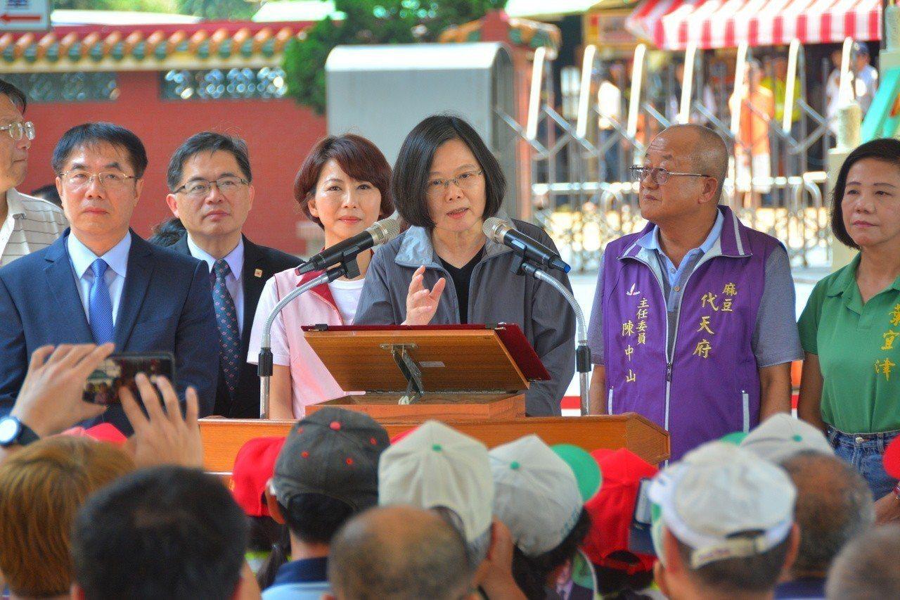 總統蔡英文(右三)向台南市民公開呼籲下一屆台南市長由黃偉哲(左)接棒,之前和黃偉...