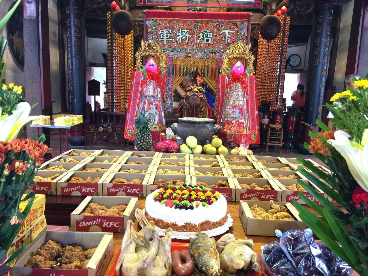 信徒訂了35大盒炸雞,搭配蛋糕與雞鴨魚肉為虎爺祝壽。圖/信徒提供