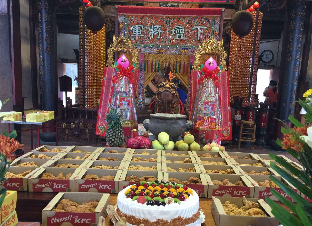 信徒訂了35大盒炸雞,搭配蛋糕為虎爺祝壽。圖/信徒提供