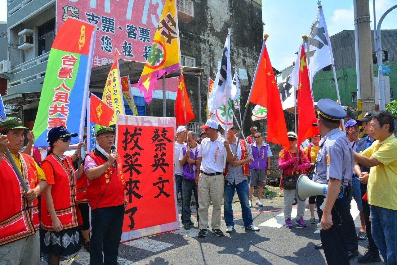 全國拔菜總部和台灣人民共產黨「如影隨形」一路跟著蔡英文到麻豆代天府,警方引導他們...