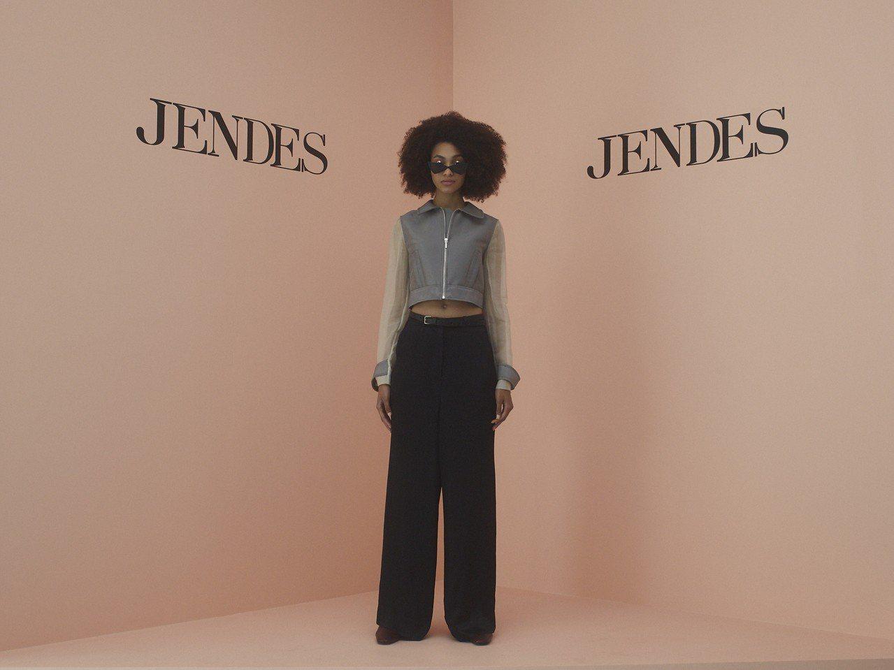 短夾克與喇叭褲變型款式結合的Urban Series之一。圖/JENDES提供