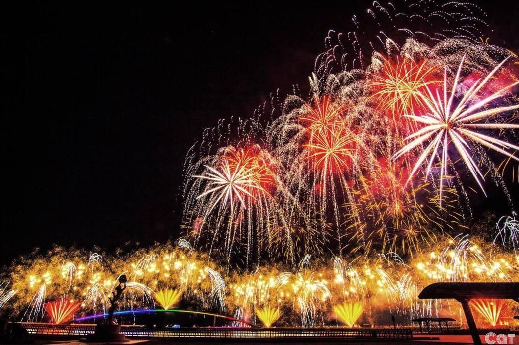 澎湖的煙火活動,已成為最具特色的觀光亮點之一。圖/取自澎湖國際海上花火節粉絲專頁