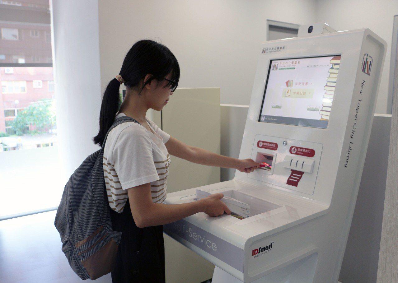 蘆洲仁愛智慧圖書館採全自助式服務,民眾只要一張「悠遊卡借閱證」,就能便利借還書。...