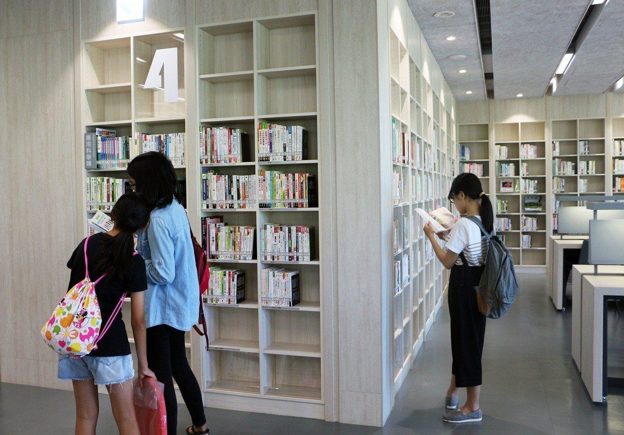 新北市蘆洲仁愛智慧圖書館是首座位於停車場的圖書館,今天正式啟用,當地居民紛紛入內...