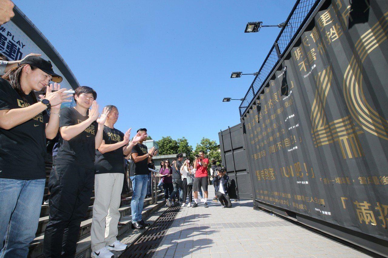 5大傳奇球星一同參觀「名人牆」上的經典語錄。記者毛琬婷/攝影