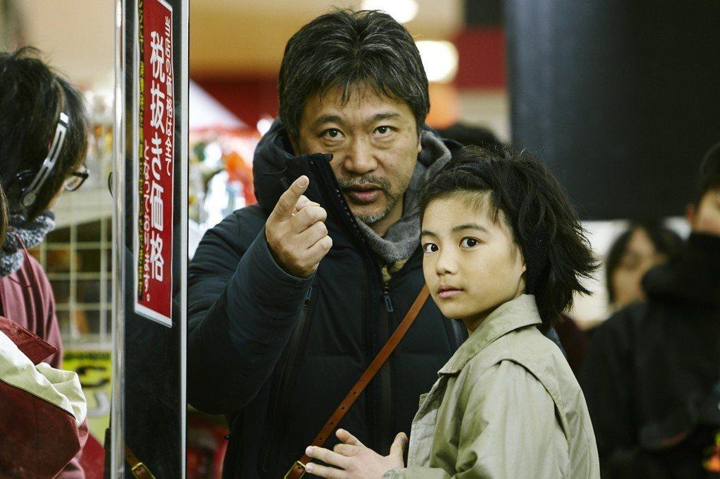 是枝裕和(左)在電影「小偷家族」中,執導小童星演戲。圖/采昌提供