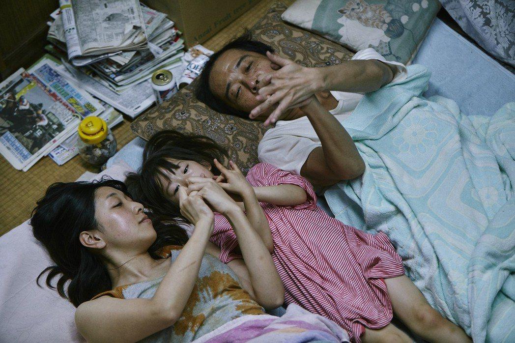 「小偷家族」深刻描繪日本當今的社會現象,故事溫馨感人。圖/采昌提供
