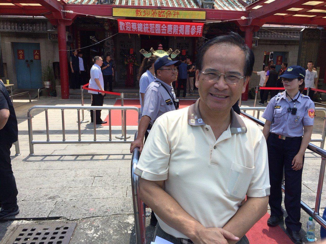 前台南縣長蘇煥智在金唐殿前。圖/翻攝自Line群組