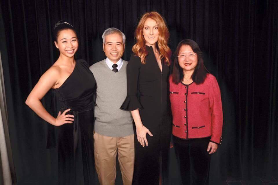 席琳狄翁與康瑋倫的父母合照,身為她死忠粉絲的康爸爸非常開心。圖/寬宏提供