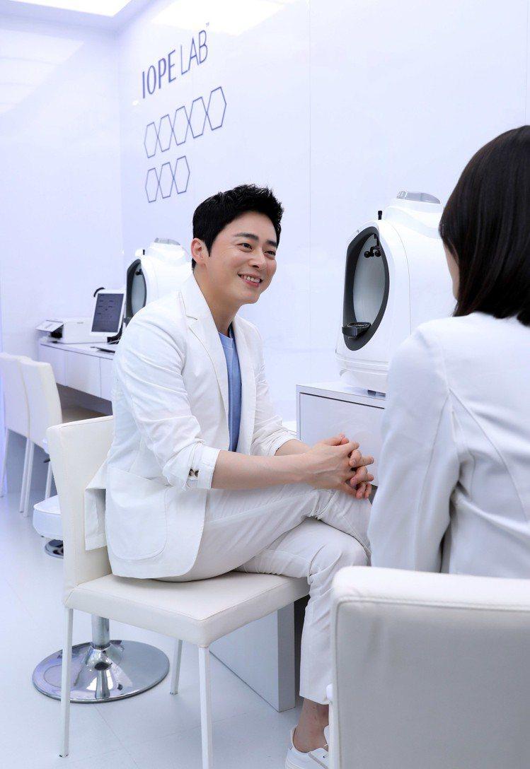 曹政奭現場體驗IOPE LAB肌膚檢測,直呼檢測結果尷尬又精準。圖/IOPE提供