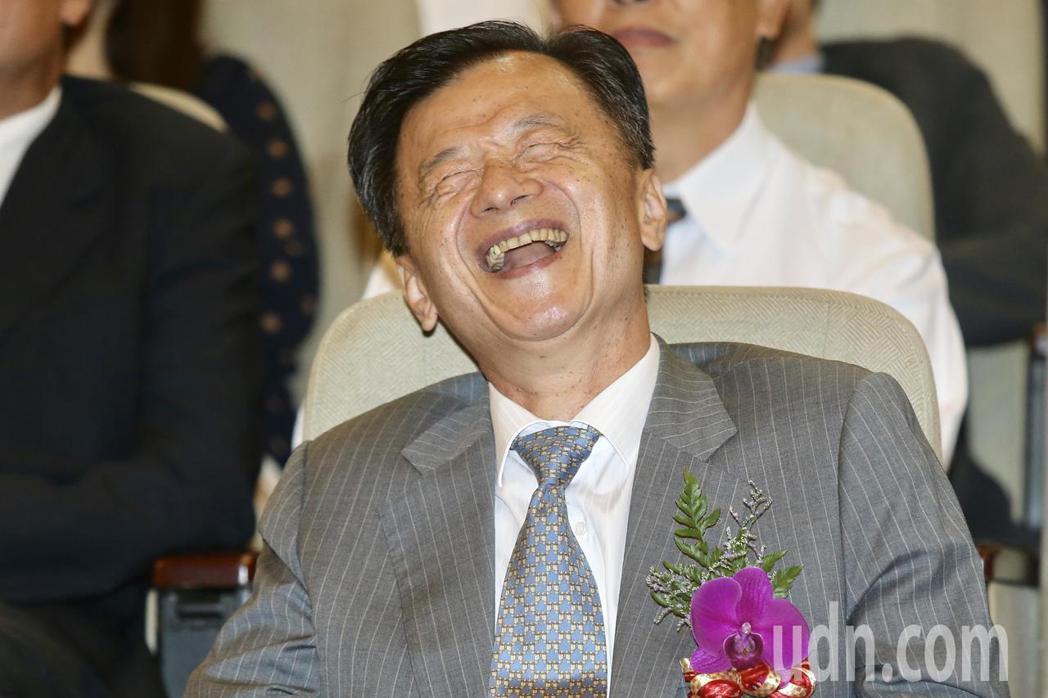 法務部下午舉辦部長邱太三歡送會,法務部邱太三出席在觀看同仁製作的短片時笑的合不攏...