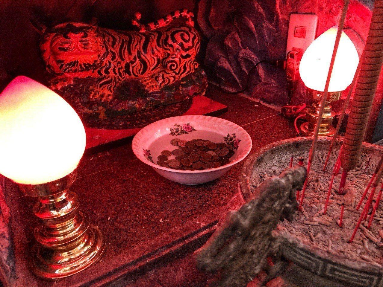 虎爺前的香油錢放在裝水碗公內。圖/北海岸全民聯盟公社郭世賢提供