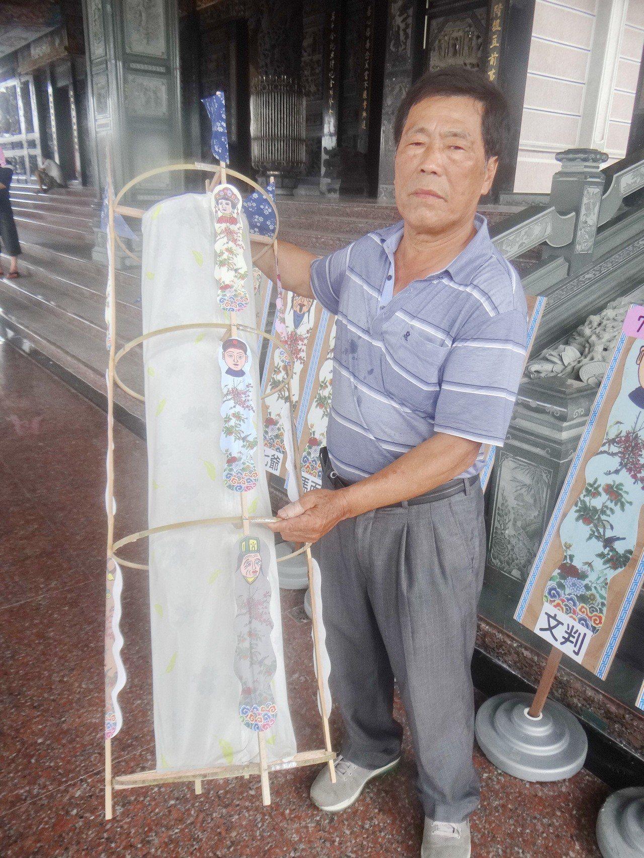 金湖萬善爺廟副主委許文村說明水狀的由來。記者蔡維斌/攝影