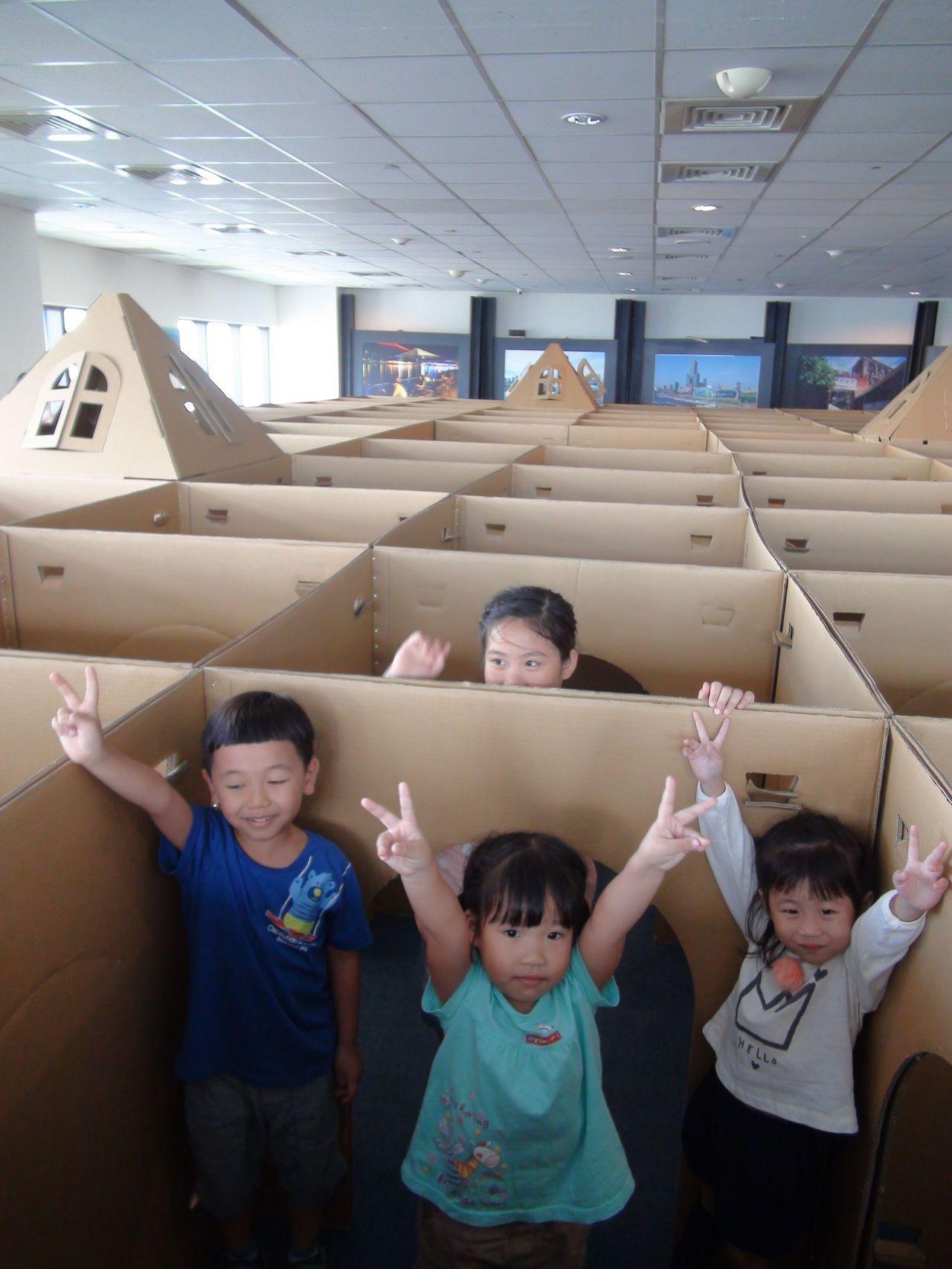 高雄85觀景台與知名的文創瓦楞紙童遊品牌,聯手打造全台唯一的高空景觀紙迷宮,讓小...