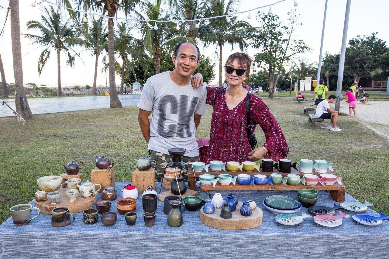 溫姓夫妻為了呼應海洋主題,特別製作「魚尾」外觀的陶器。記者蔡翼謙/攝影