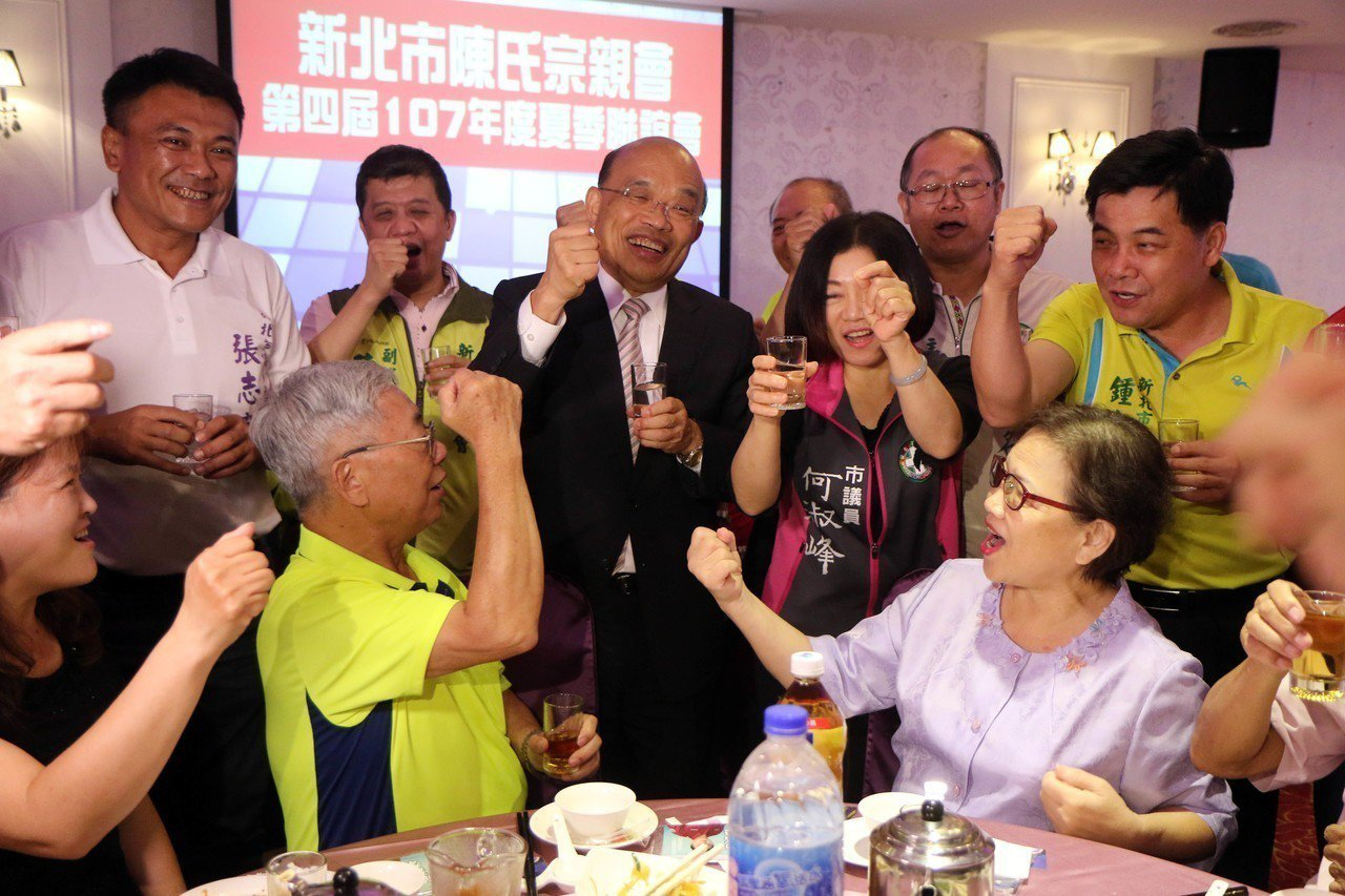 蘇貞昌出席新北市陳氏宗親會餐會,與現場民眾互動。記者王敏旭/攝影